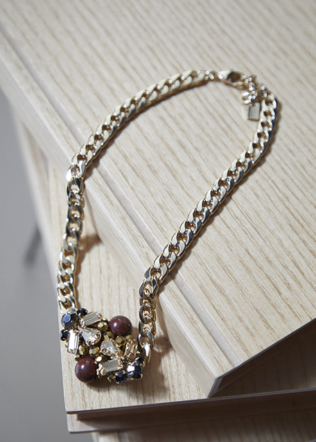 GOLD CHAIN NECKLACE WITH GRAY CRYSTALS